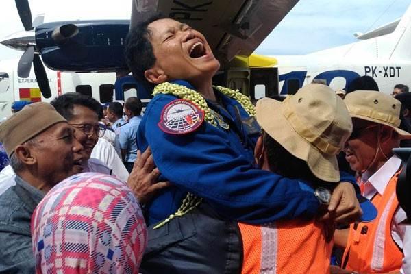 Pilot Kapten Esther Gayatri Saleh setelah berhasil menerbangkan untuk yang pertama kalinya Purwarupa Pertama Pesawat N219 buatan PT Dirgantara Indonesia, di Landasan Pacu Bandara Husein Sastranegara Bandung, Rabu (16/8/2017). - Antara