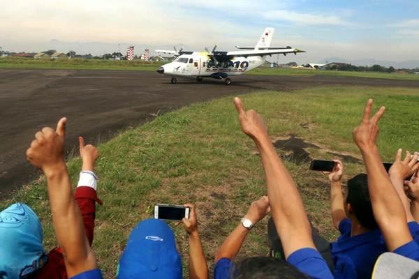 Karyawan PT Dirgantara Indonesia menyaksikan uji terbang untuk pertama kalinya purwarupa pesawat pertama N219 karya anak bangsa di landasan pacu Bandara Husein Sastranegara, Bandung, Jawa Barat, Rabu (16/8). - JIBI/Rachman