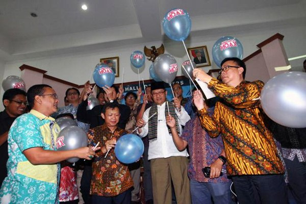 Menteri Komunikasi dan Informatika Rudiantara (tengah), bersiap memecahkan balon didampingi Ketua Dewan Pers Yosep Adi Prasetya (kanan), dan pemimpin redaksi media online saat deklarasi AMSI di Jakarta, Selasa (18/4). - JIBI/Dwi Prasetya