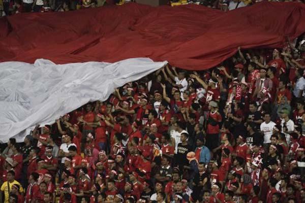 Suporter Timnas Indonesia ketika memberi dukungan saat laga lawan Vietnam di Sea Games 2017 - .Antara/Wahyu Putro