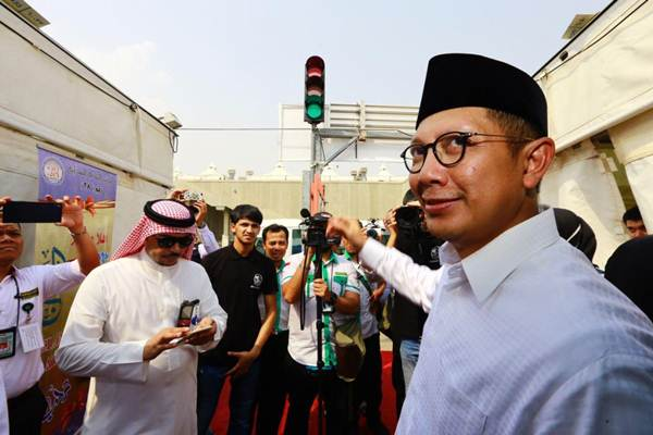 Menteri Agama, Lukman Hakim Saifuddin, (berpeci hitam), menyaksikan traffic light di kawasan Mina pertanda waktu lempar jumlah. - Istimewa/Kemenag