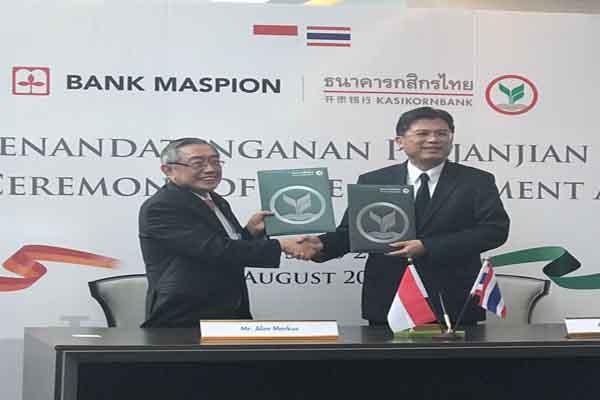 Presiden Direktur dan CEO Maspion Group Alim Markus (kiri) dan Presiden Direktur KBank Thailand Predee Daochai (kanan) saat penandatanganan kerja sama dan akusisi 9,99% saham Bank Maspion di Kantor Pusat KBank Thailand, Senin (28/8/2017) - istimewa