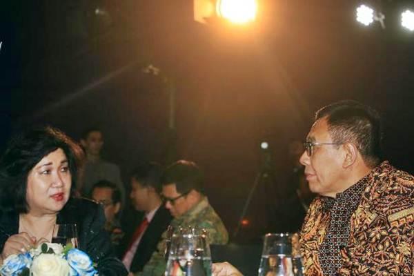 Presiden Direktur PT Jurnalindo Aksara Grafika Lulu Terianto (kiri) berbincang dengan Direktur Utama BNI Achmad Baiquni saat acara Bisnis Indonesia Financial Award 2017 di Jakarta, Senin (28/8). - JIBI/Nurul Hidayat