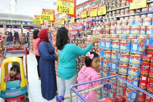 Konsumen memilih makanan ringan di salah satu supermarket, di Karawaci, Tangerang. - JIBI/Endang Muchtar