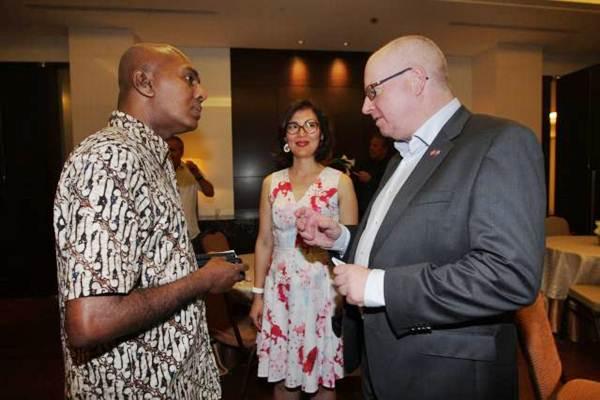 Duta Besar Norwegia untuk ASEAN Morten Hoglund (kanan) didampingi istri, berbincang dengan Direktur Operasi PT Denvegraha Thusitha Danwatte (kiri), disela-sela Join Our Summer Gathering di Jakarta, Selasa (29/8). - JIBI/Dedi Gunawan