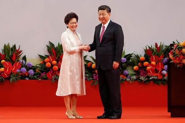Chief Executive Hong Kong Carrie Lam berjabat tangan dengan Presiden China Xi Jinping dalam perayaan 20 tahun Hongkong diserahan ke China oleh Inggris - Reuters
