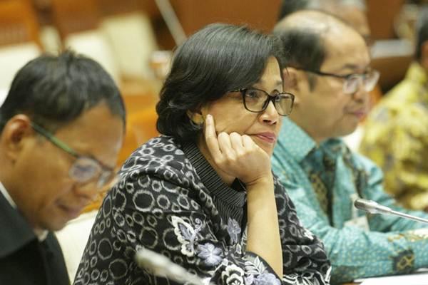 Menteri Keuangan Sri Mulyani Indrawati (tengah) mendengarkan pertanyaan saat rapat kerja dengan Komisi VI DPR, di Jakarta, Rabu (30/8). - JIBI/Dedi Gunawan