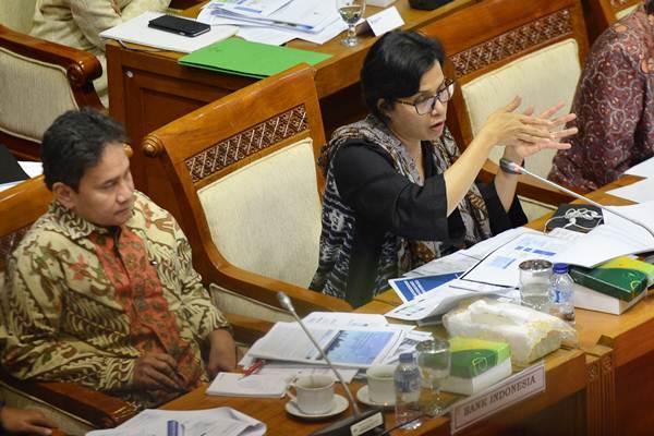 Menteri Keuangan Sri Mulyani (kanan) bersama Deputi Gubernur Senior Bank Indonesia Mirza Adityaswara mengikuti rapat kerja dengan Komisi XI DPR di Kompleks Parlemen, Senayan, Jakarta, Kamis (7/9). - ANTARA/Wahyu Putro A