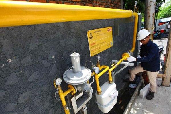 Ilustrasi: Petugas melakukan pengecekan Meter Regulating Station (MRS) PT Perusahaan Gas Negara (Persero) Tbk. (PGN) di Gedung MD Place, Kuningan, Jakarta, Kamis (6/4). - JIBI/Dwi Prasetya