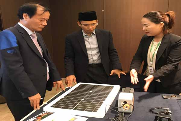 Gubernur NTB TGH Zainul Majdi (tengah) mendapat penjelasan tentang teknologi dalam Forum Ecotourism and Sustainable Tourism Confrence di Ansan, Korea Selatan - Biro Humas dan Protokol Setda NTB