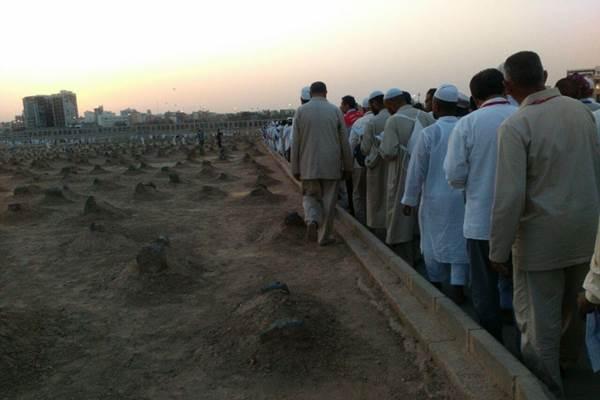 Sejumlah jamaah haji berada di makam Baqi, Madinah. - Istimewa/Kemenag