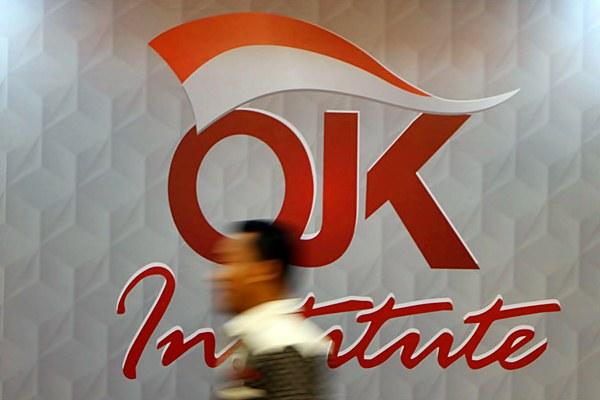 Karyawan melintas didepan divisi Otoritas Jasa Keuangan (OJK) Institute, di Jakarta. - JIBI/Endang Muchtar