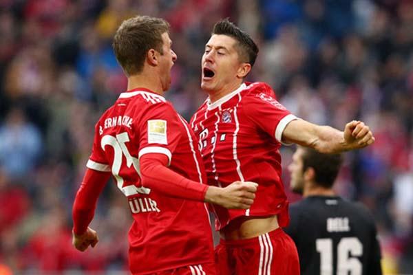 Bomber Bayern Munchen Robert Lewandowski (kanan) merayakan golnya ke gawang Mainz 05 bersama Thomas Muller - Reuters/Michael Dalder