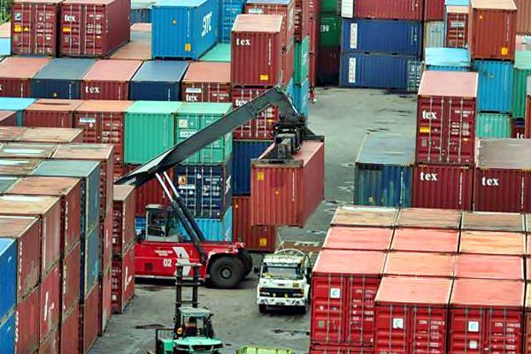 Aktivitas bongkar muat barang di Pelabuhan Makassar, Sulawesi Selatan, Senin (6/3). - JIBI/Paulus Tandi Bone