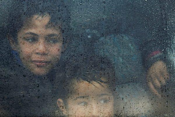 Anak-anak menikmati datangnya hujan. Mereka harus mendapat jaminan terlindungi dari kejahatan berorientasi seksual. - Reuters/Suhaib Salem