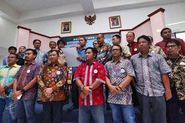 Ketua Presidium Asosiasi Media Siber Indonesia (AMSI) Wenseslaus Manggut (tengah), membacakan naskah didampingi pemimpin redaksi media online saat deklarasi AMSI di Jakarta, Selasa (18/4). - JIBI/Dwi Prasetya