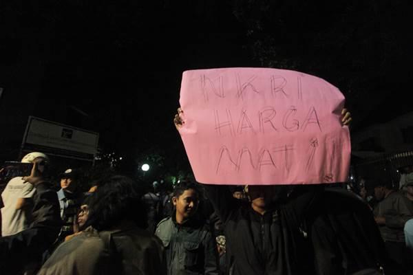 Sekelompok massa mengepung dan melakukan orasi di depan kantor Lembaga Bantuan Hukum Jakarta, Minggu (17/9) malam. Pasca penyelenggaraan acara