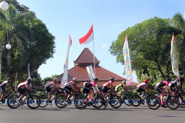 Peserta Tour de Banyuwangi Ijen memacu kecepatan di depan Pendopo Kota Banyuwangi, Jawa Timur - Antara/Budi Candra Setya