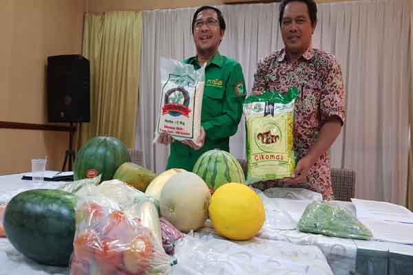Direktur Utama Puspa Agro Abdullah Muchibuddin (kiri) dan Humas Puspa Agro Suhartoko (kanan) saat memamerkan produk-produk pangan Puspa Agro kepada media, Selasa (19/9 - 2017).
