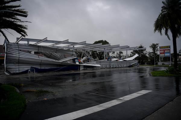 Kanopi pompa bensin hancur akibat Badai Irma di Bonita Springs, AS. - Reuters
