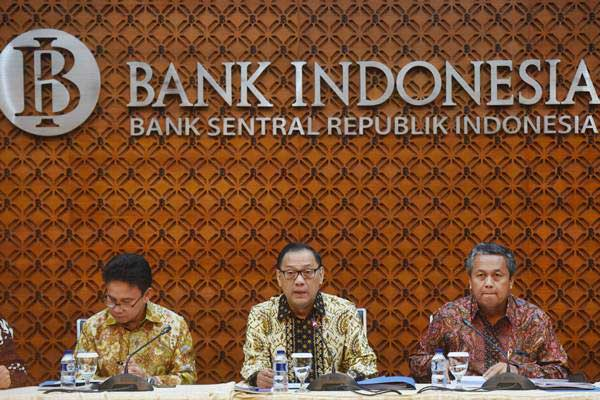 Gubernur Bank Indonesia Agus Martowardojo (tengah) didampingi Deputi Gubernur Senior Mirza Adityaswara (kiri) dan Deputi Gubernur Perry Warjiyo - ANTARA/Akbar Nugroho Gumay