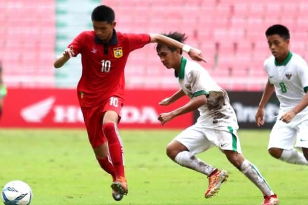 Pemain Laos mencoba melewati dua pemain Indonesia di Pra Piala AFC U-16 yang dimenangkan Indonesia 3-0 di Stadion Rajamangala Bangkok, Thailand, Jumat (22/9/2017) - afc.org