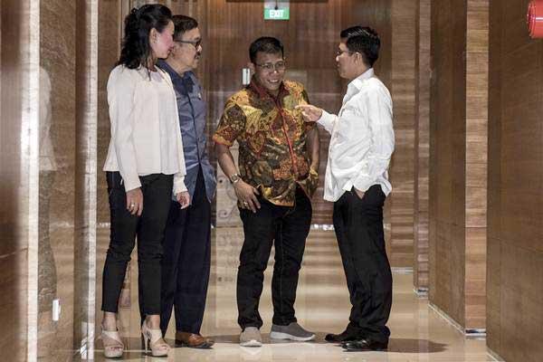 Wakil Ketua Pansus Angket KPK Risa Mariska (kiri) berbincang dengan anggota Pansus Angket KPK Masinton Pasaribu (kedua kanan), Mukhamad Misbakhun (kanan) dan Eddy Kusuma Wijaya (kedua kiri) seusai rapat internal Pansus Angket KPK di kompleks Parlemen, Senayan, Jakarta, Senin (3/7). - ANTARA/M Agung Rajasa