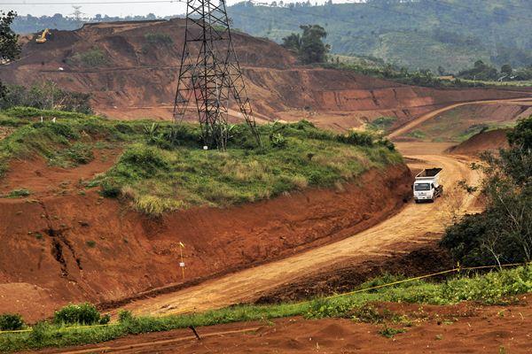 Truk melintas di area proyek konstruksi Kereta Cepat Jakarta-Bandung di Kawasan perkebunan Walini Cikalong Wetan, Kabupaten Bandung Barat, Jawa Barat, Jumat (17 - 3).Antara/Novrian Arbi