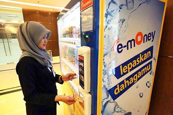 Karyawati bertransaksi menggunakan uang elektronik e money. - JIBI/Dwi Prasetya