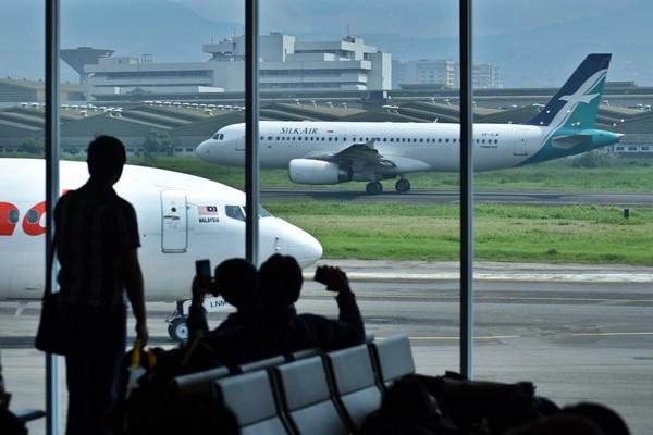 Calon penumpang menunggu jadwal keberangkatan di terminal keberangkatan Bandara Husein Sastranegara, Bandung, Jawa Barat, Sabtu (11/3). - Antara/Aditya Pradana Putra