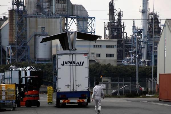 Seorang pekerja berjalan di areal pabrik yang berada di zona industri Keihin, Kawasaki, Jepang (8/3/2017). - .Reuters/Toru Hanai