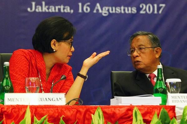 Menteri Keuangan Sri Mulyani Indrawati (kiri), berdiskusi dengan Menteri Koordinator bidang Perekonomian Darmin Nasution, saat konferensi pers nota keuangan dan RUU APBN TA 2018 di Jakarta, Rabu (16/8). - JIBI/Dwi Prasetya