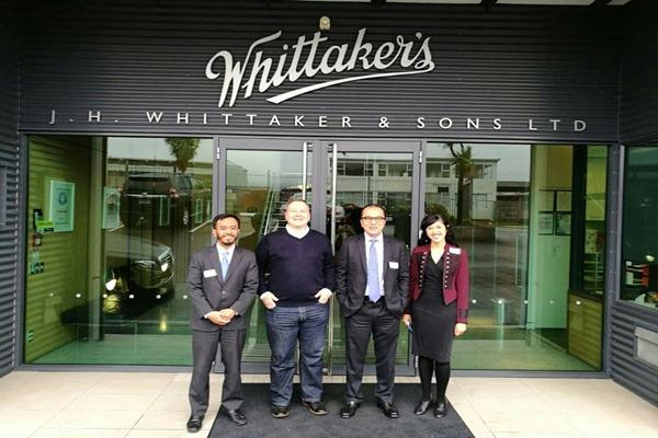 Dubes RI untuk Selandia Baru Tantowi Yahya (kedua kanan) bersama James Ardern, Chief Operating Officer J.H. Whittaker & Sons Ltd. (kedua kiri) berdiri di depan kantor perusahaan cokelat tersebut, Senin (25/9/2017). - Bisnis/Istimewa