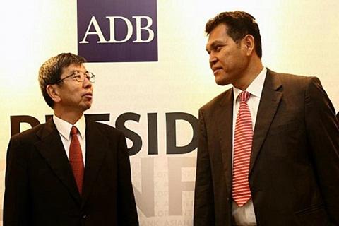 Presiden Asian Development Bank (ADB) Takehiko Nakao (Kiri) berbincang dengan Deputy Country Manager ADB Indonesia Resident Mission Edimon Ginting, jumpa pers di Jakarta, Selasa (12/1/2015). - JIBI/Bisnis/Abdullah Azzam