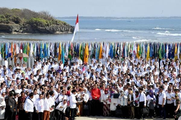 Presiden Joko Widodo (ketiga kiri) berbincang bersama sejumlah rektor saat Deklarasi Kebangsaan Perguruan Tinggi se-Indonesia Melawan Radikalisme, di Pulau Peninsula, Nusa Dua, Kabupaten Badung, Provinsi Bali, Selasa (26/9). - Kementerian Sekretariat Negara