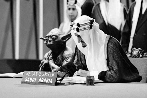 Foto Raja Faisal duduk disamping karakter Yoda 'Star Wars' pada buku pelajaran di Arab Saudi. - telegraph