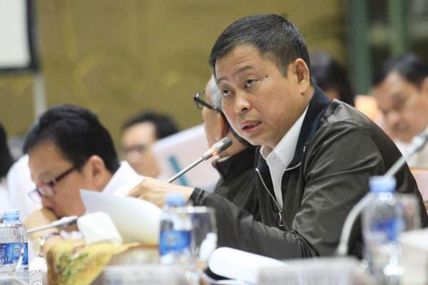 Menteri Energi dan Sumber Daya Mineral (ESDM) Ignasius Jonan memberikan penjelasan saat rapat kerja dengan Komisi VII DPR di Jakarta, Senin (10/7). - JIBI/Dedi Gunawan