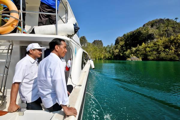 Ilustrasi Presiden Joko Widodo bersama Menpar Arief Yahya menyusuri kawasan wisata Raja Ampat dalam rangkaian kunjungannya ke Papua Barat - Antara