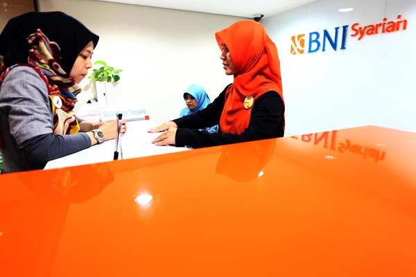 Karyawan BNI Syariah melayani nasabah, belum lama ini. - Bisnis.com/Abdullah Azzam