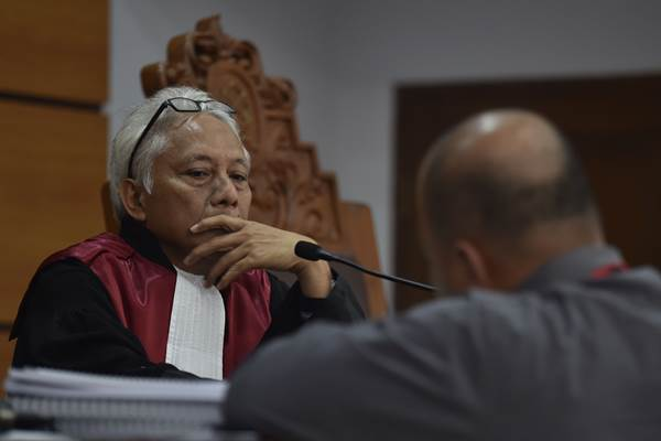 Hakim tunggal Cepi Iskandar memimpin sidang praperadilan Setya Novanto terhadap KPK terkait status tersangka kasus dugaan korupsi KTP Elektronik di Pengadilan Negeri Jakarta Selatan, Jakarta, Senin (25/9). Dalam sidang lanjutan tersebut, KPK menyerahkan sebanyak 193 dokumen barang bukti terkait penetapan status tersangka kepada Setya Novanto. ANTARA FOTO - Puspa Perwitasari