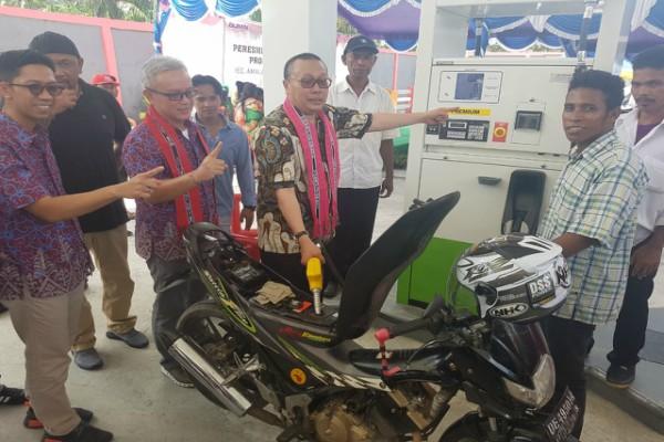 Peresmian Lembaga Penyalur BBM Satu Harga atau SPBU Mini di Pulau Seram, Senin (2 - 10).