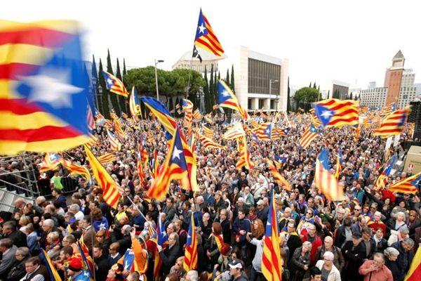 Warga Barcelona mengibarkan bendera  Catalonia - Reuters