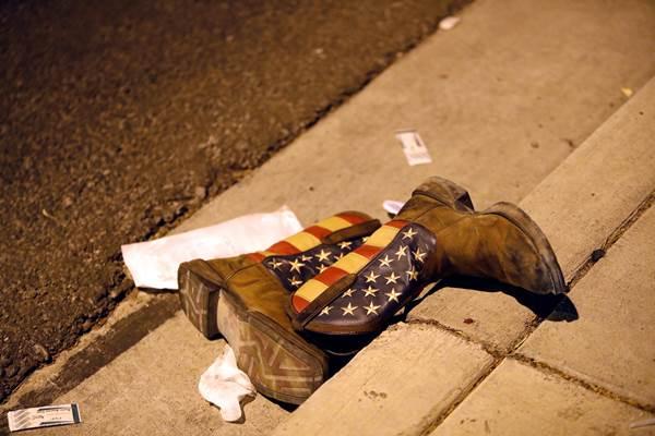 Sepasang sepatu boot koboi tergelatak di jalan di luar tempat konser setelah penembakan massal di sebuah festival musik di Las Vegas Strip, Las Vegas. - Reuters