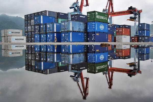 Tumpukan peti kemas di Terminal Peti Kemas Pelabuhan Teluk Bayur, Padang, Sumatra Barat, tampak terefleksi pada air. - Antara/Iggoy el Fitra