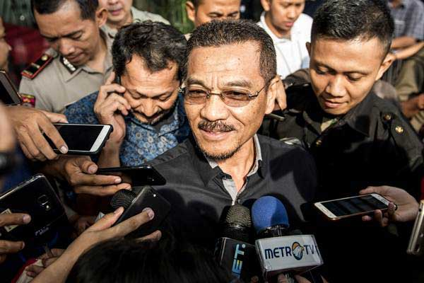 Mantan Menteri Dalam Negeri Gamawan Fauzi (tengah) menyampaikan keterangan kepada awak media seusai menjalani pemeriksaan terkait kasus korupsi KTP Elektronik, di gedung KPK, Jakarta, Kamis (15/6). - Antara/M Agung Rajasa