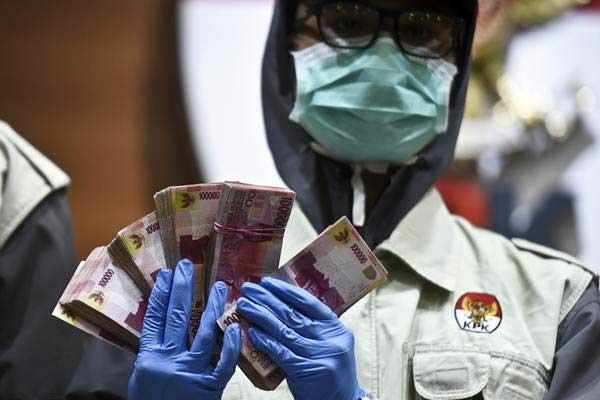 Petugas KPK memerlihatkan barang bukti uang saat konferensi pers mengenai operasi tangkap tangan (OTT) pimpinan DPRD Mojokerto dan Kepala Dinas PUPR Mojokerto, di gedung KPK, Jakarta, Sabtu (17/6). - Antara/Hafidz Mubarak A