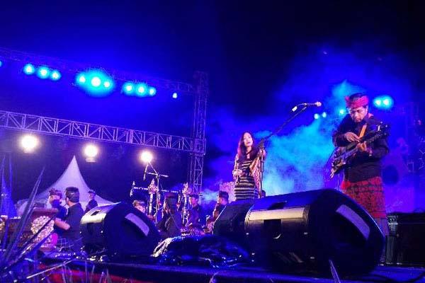 Balawan & Bhumi Orchestra saat tampil di Pesona Mandiri Nusa Dua Fiesta 2017 - Bisnis.comp/Ema Sukarelawanto