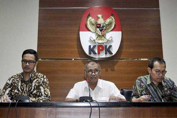 Ketua Komisi Pemberantasan Korupsi (KPK) Agus Rahardjo (tengah) bersama Wakil Ketua KPK Saut Situmorang (kanan) dan juru bicara KPK Febri Diansyah memberikan keterangan pers terkait penetapan tersangka baru Ketua DPR Setya Novanto pada kasus dugaan korupsi penerapan KTP elektronik (e-KTP) di gedung KPK, Jakarta, Senin (17/7). - ANTARA/Ubaidillah