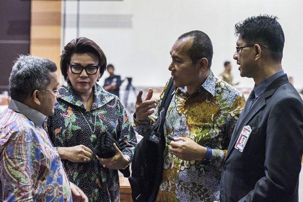 Komisioner Komisi Pemberantasan Korupsi (KPK) Basaria Panjaitan (kedua kiri), Saut Situmorang (kedua kanan) dan Laode M Syarief (kanan) berbincang dengan anggota Komisi III DPR Trimedya Panjaitan (kiri) seusai penundaan RDP KPK dengan Komisi III DPR di Kompleks Parlemen, Senayan, Jakarta, Senin (17/4). - Antara/M Agung Rajasa