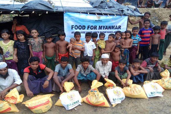 Para pengungsi etnis Rohingya menerima bantuan dari Baznas - Istimewa